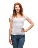 Adolescente sonriente en camiseta blanca en blanco Imágenes de archivo libres de regalías