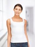 Adolescente sonriente en camiseta blanca en blanco Foto de archivo libre de regalías