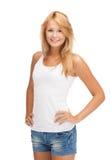 Adolescente sonriente en camiseta blanca en blanco Imagen de archivo