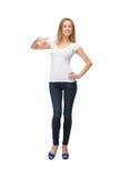 Adolescente sonriente en camiseta blanca en blanco Imagenes de archivo