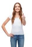 Adolescente sonriente en camiseta blanca en blanco Fotografía de archivo