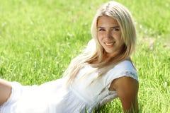 Adolescente sonriente en campo Imágenes de archivo libres de regalías