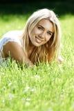 Adolescente sonriente en campo Fotos de archivo libres de regalías