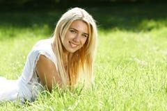 Adolescente sonriente en campo Foto de archivo libre de regalías