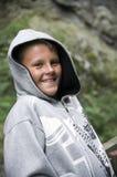 Adolescente sonriente en capo motor Foto de archivo libre de regalías
