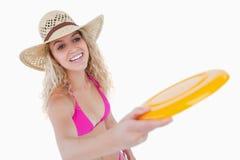 Adolescente sonriente en el beachwear que juega el disco volador Fotos de archivo