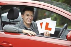 Adolescente sonriente en el coche que pasa conduciendo el examen Fotos de archivo libres de regalías