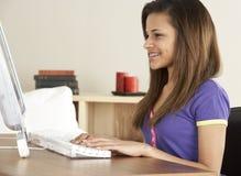 Adolescente sonriente en el ordenador en el país Foto de archivo libre de regalías