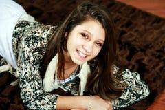 Adolescente sonriente en el sofá Fotos de archivo
