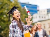 Adolescente sonriente en esquina-casquillo con el diploma Fotografía de archivo libre de regalías