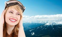 Adolescente sonriente en gafas de la snowboard Imagenes de archivo