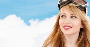 Adolescente sonriente en gafas de la snowboard Imagen de archivo