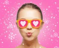 Adolescente sonriente en gafas de sol rosadas Fotos de archivo libres de regalías