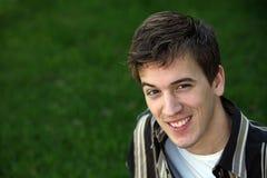 Adolescente sonriente en hierba Fotos de archivo