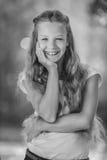 Adolescente sonriente en la blusa blanca Foto de archivo libre de regalías