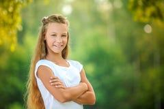 Adolescente sonriente en la blusa blanca Fotografía de archivo libre de regalías