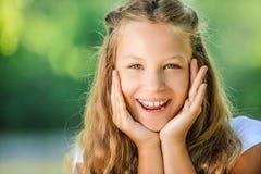 Adolescente sonriente en la blusa blanca Imagen de archivo