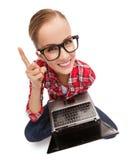 Adolescente sonriente en lentes con el ordenador portátil Foto de archivo