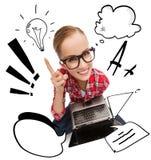 Adolescente sonriente en lentes con el ordenador portátil Imagen de archivo libre de regalías