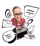 Adolescente sonriente en lentes con el ordenador portátil Fotografía de archivo