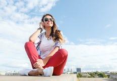 Adolescente sonriente en lentes con los auriculares Fotos de archivo libres de regalías