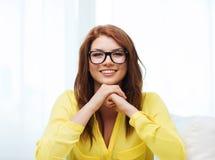 Adolescente sonriente en lentes en casa Foto de archivo libre de regalías