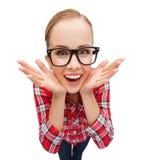 Adolescente sonriente en lentes que grita Fotografía de archivo libre de regalías