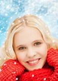 Adolescente sonriente en manoplas y bufanda rojas Fotos de archivo