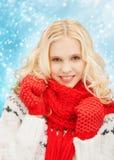 Adolescente sonriente en manoplas y bufanda rojas Imagen de archivo libre de regalías