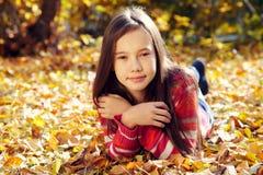 Adolescente sonriente en otoño Fotografía de archivo libre de regalías