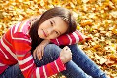Adolescente sonriente en otoño Fotos de archivo