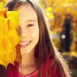 Adolescente sonriente en otoño Imágenes de archivo libres de regalías