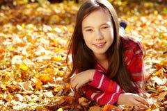 Adolescente sonriente en otoño Imagen de archivo libre de regalías