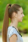 Adolescente sonriente en perfil azul de la camisa Foto de archivo libre de regalías