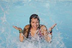 Adolescente sonriente en piscina Fotos de archivo libres de regalías