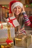 Adolescente sonriente en postal de la Navidad de la lectura del sombrero de santa Fotografía de archivo libre de regalías