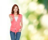 Adolescente sonriente en ropa casual Fotos de archivo