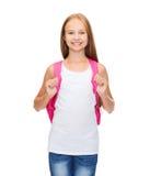 Adolescente sonriente en top sin mangas blanco en blanco Fotografía de archivo libre de regalías