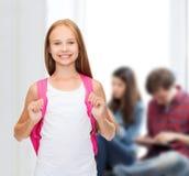 Adolescente sonriente en top sin mangas blanco en blanco Fotos de archivo