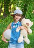 Adolescente sonriente en un casquillo Imagen de archivo