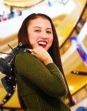 Adolescente sonriente en un centro comercial Imagen de archivo libre de regalías