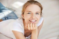 Adolescente sonriente en una cama Imagen de archivo