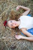 Adolescente sonriente feliz Blueeyed en guirnalda Imagenes de archivo