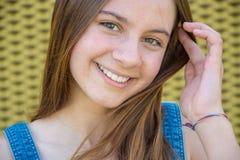 Adolescente sonriente feliz con el pelo largo Fotografía de archivo