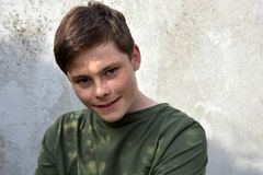Adolescente sonriente feliz con las pecas Imagenes de archivo