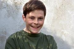Adolescente sonriente feliz con las pecas Fotografía de archivo