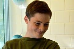 Adolescente sonriente feliz con las pecas Foto de archivo libre de regalías