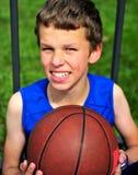 Adolescente sonriente feliz con un baloncesto Imagen de archivo libre de regalías