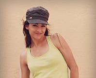 Adolescente sonriente feliz en la presentación del casquillo de la moda Fotografía de archivo