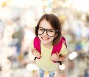 Adolescente sonriente feliz en lentes con el bolso Foto de archivo